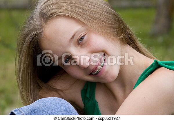 Chica sonriente - csp0521927
