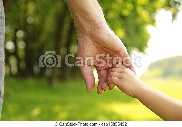 El padre tiene la mano de un niño pequeño - csp15855432
