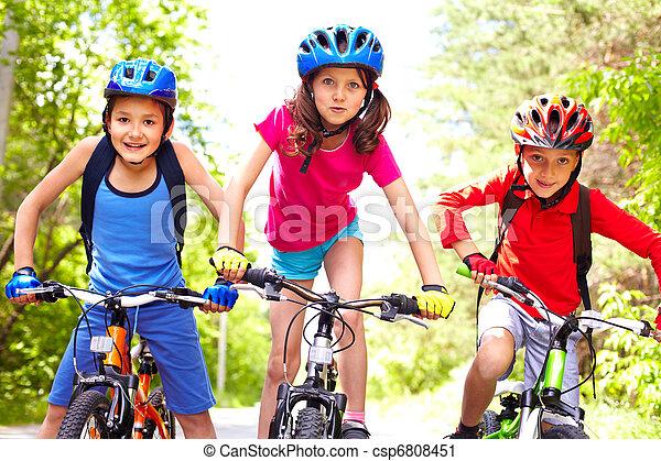 Niños en bicicleta - csp6808451