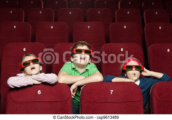 Niños sorprendidos en el cine - csp9613489