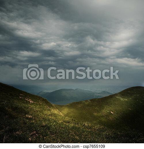 Nubes de tormenta sobre las montañas - csp7655109
