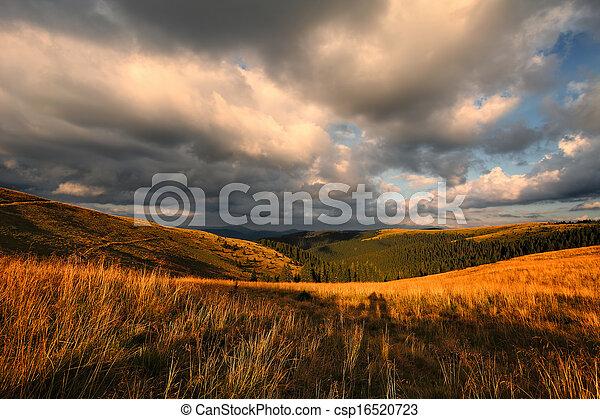 Nubes sobre el valle de la montaña - csp16520723
