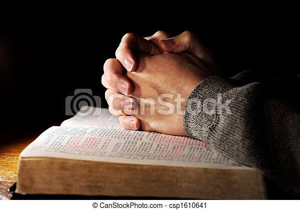 Rezando manos sobre una biblia sagrada - csp1610641