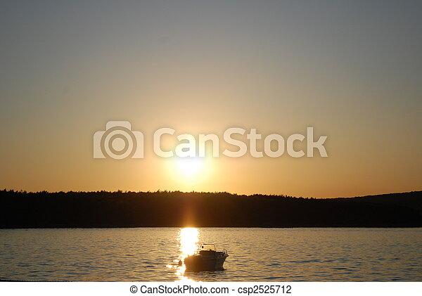 Al atardecer con un barco - csp2525712