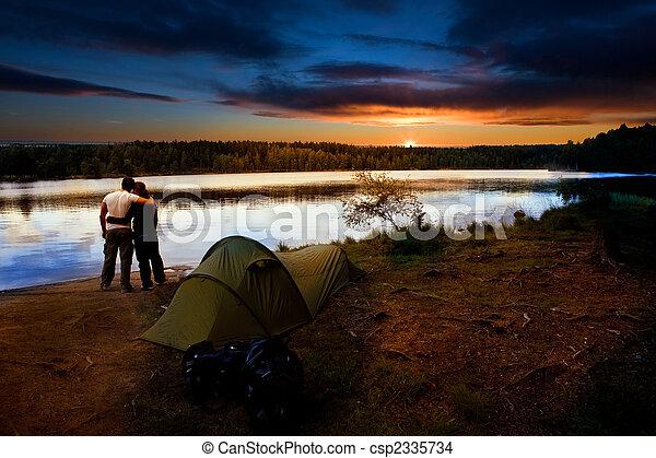 El atardecer del lago de campamento - csp2335734
