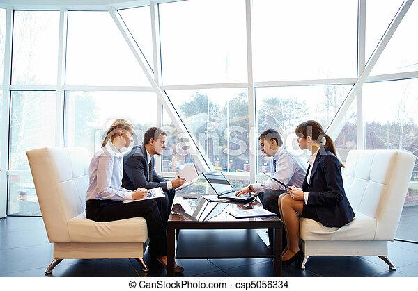Trabajando en la oficina - csp5056334