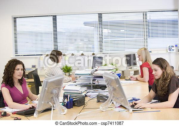 Mujeres trabajando en una oficina - csp7411087