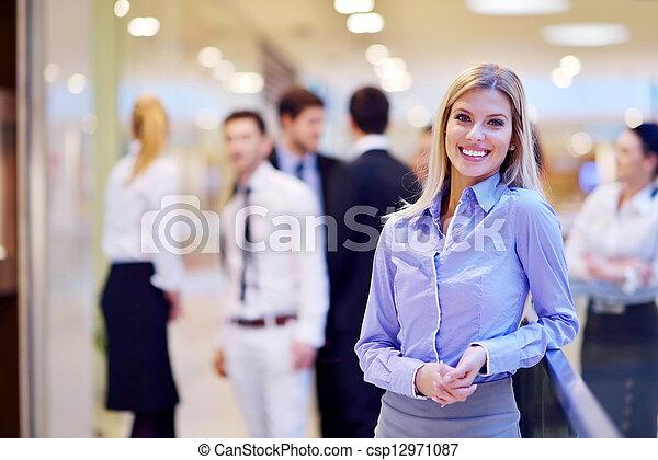 Mujer de negocios con su personal de fondo en la oficina - csp12971087