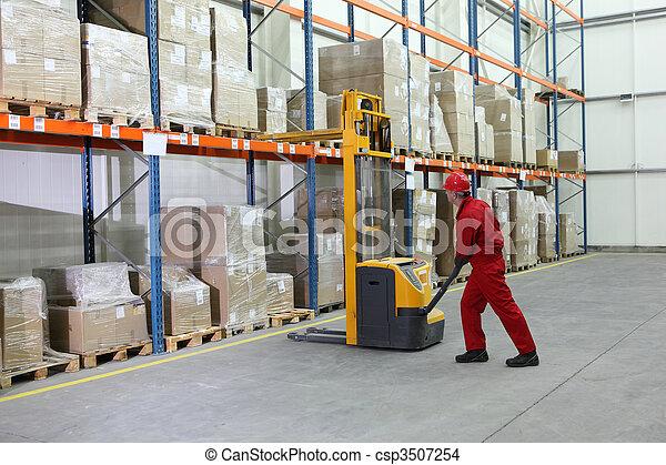Operador de carretilla elevadora manual en el trabajo en el almacén - csp3507254