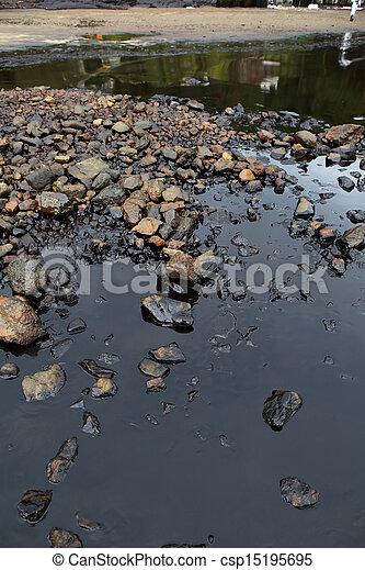 Caída de aceite en la orilla del mar - csp15195695
