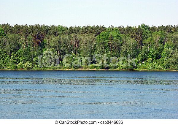 Landscape con bosque y ribera del río - csp8446636