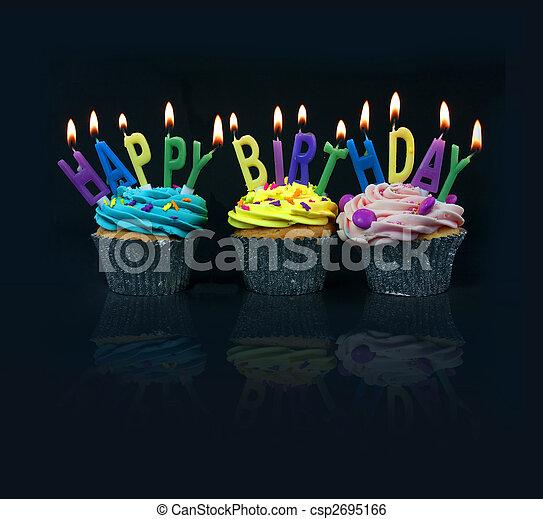 Pasteles deletreando feliz cumpleaños - csp2695166
