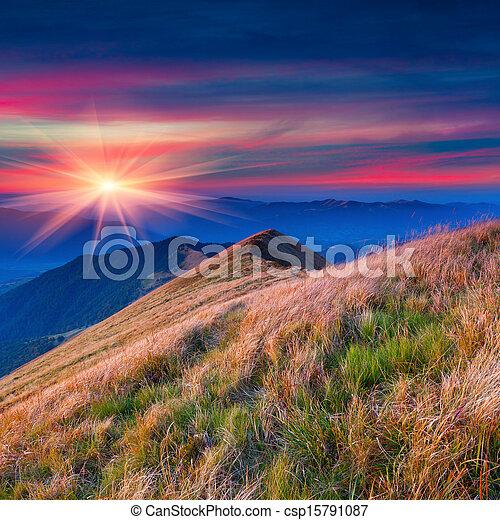 Colorido paisaje de otoño en las montañas. - csp15791087