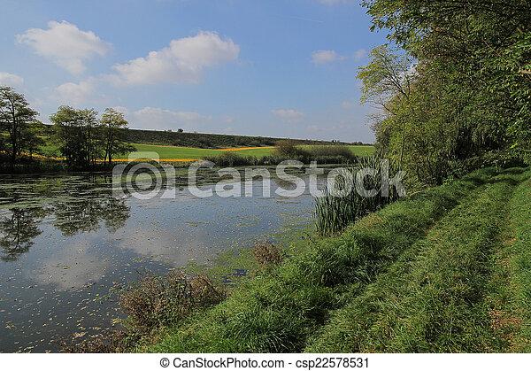 Un paisaje de otoño en un día soleado - csp22578531
