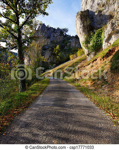 Un camino rural en un soleado día de otoño - csp17771033