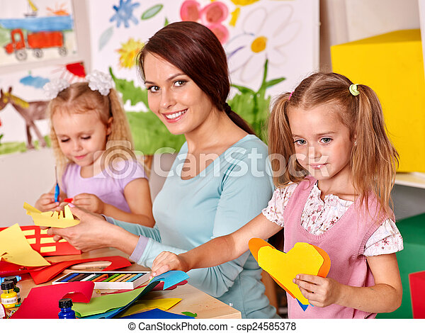 Niños con pintura de maestros. - csp24585378