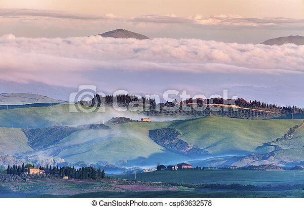 Paisaje toscano al amanecer - csp63632578