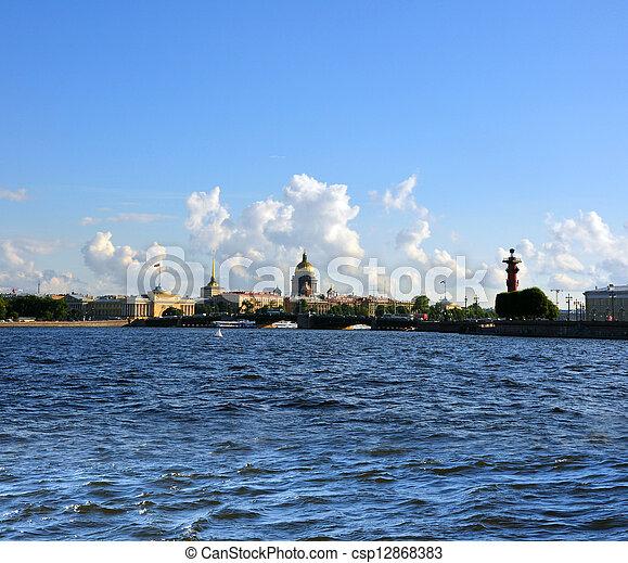 La vista panorámica de los santos Petersburgo del río Neva. San Petersburgo, Rusia - csp12868383