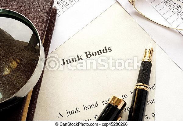 Papel con título de bonos basura. - csp45286266