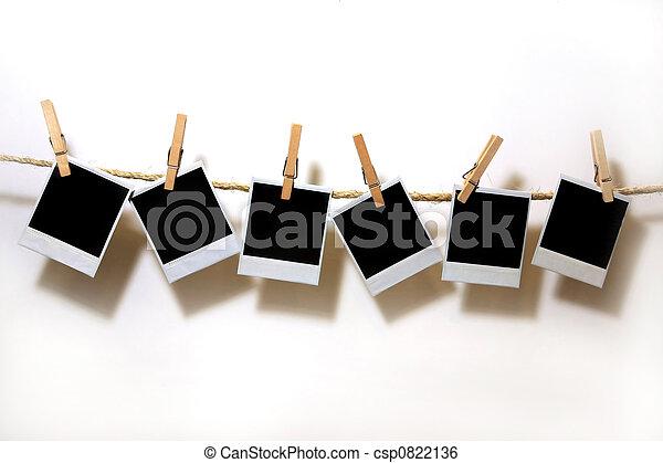 Colgando papeles de polaroid en blanco - csp0822136