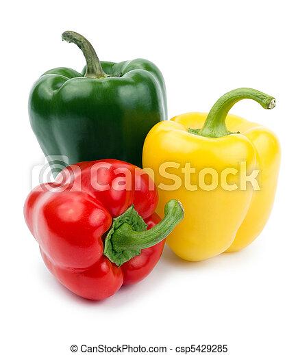 Paprika (pepper) rojo, amarillo y verde, aislado en un fondo blanco - csp5429285
