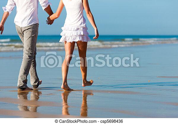 Una pareja caminando de vacaciones - csp5698436