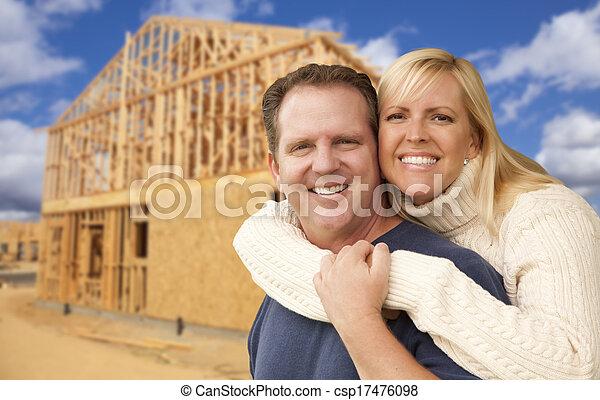 Pareja frente a una nueva casa de construcción - csp17476098
