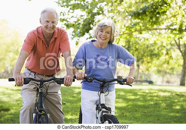 Pareja mayor en bicicleta - csp1709997