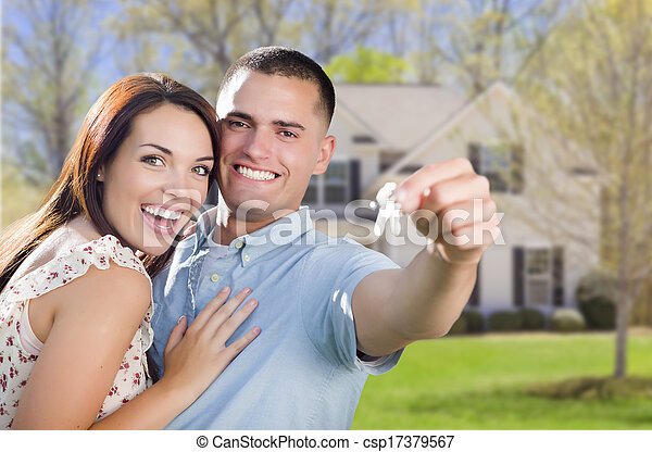 Pareja militar con llaves de casa en frente de un nuevo hogar - csp17379567