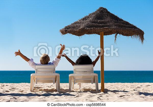 Un par de vacaciones en la playa con soleado - csp5698544
