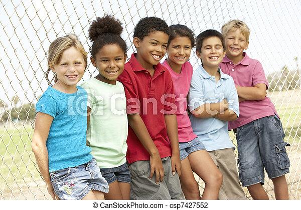 Un grupo de niños jugando en el parque - csp7427552