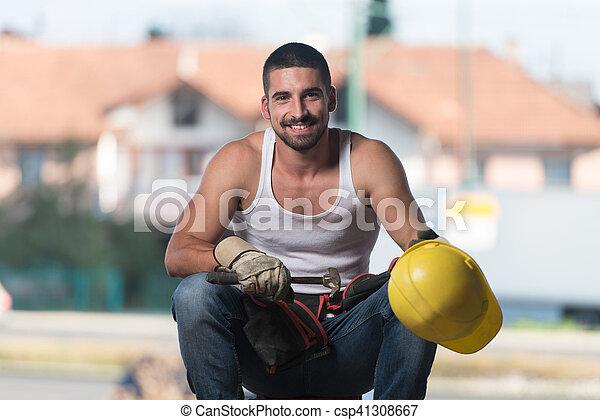 Hombre perezoso en construcción - csp41308667