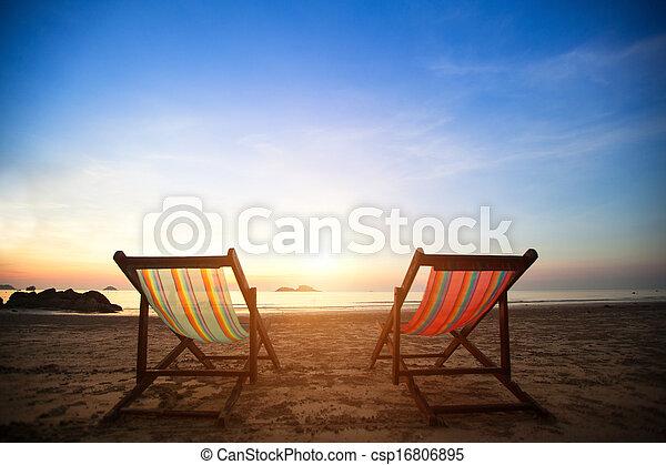 Par de playeros de playa en el mar de la costa desierta al amanecer, perfecto concepto de vacaciones. - csp16806895