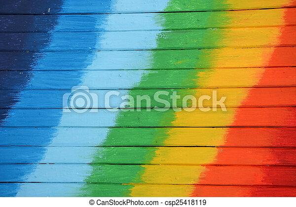Un fondo de madera brillante y coloreado con colores de arco iris - csp25418119