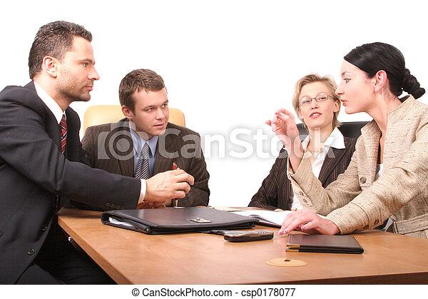 4 personas reunidas - csp0178077