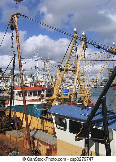 Pescando barcos en el puerto de Plymouth - csp0279747