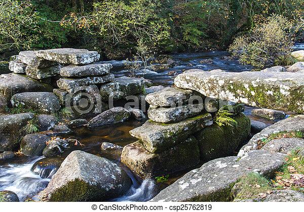 Puente de claque de piedra medieval, Dartmoor Inglaterra. - csp25762819