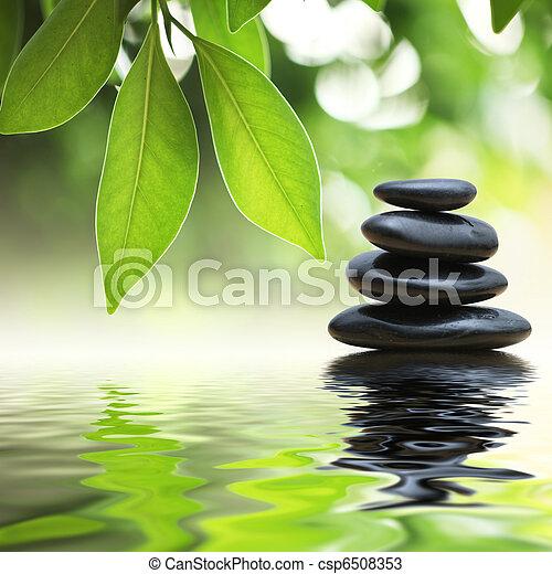 Piedras Zen Pirámide en la superficie del agua - csp6508353