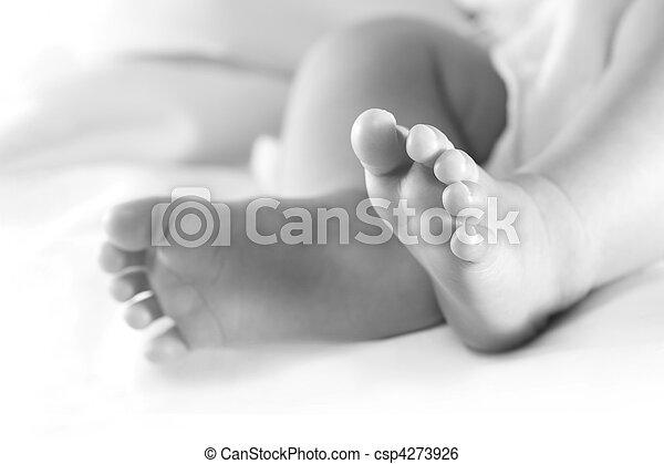 Pies de bebé en Bw - csp4273926