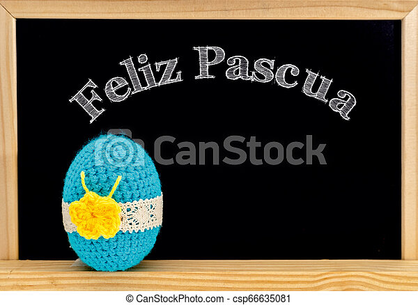 Encuadre de Pascua con huevos pintados y pizarra. Feliz Pascua con tiza blanca. Feliz Pascua en español: feliz pascua - csp66635081