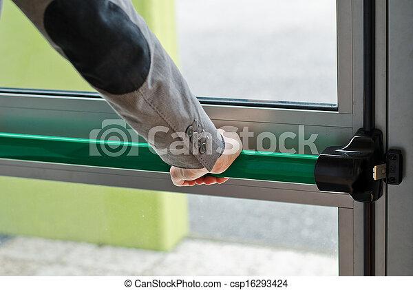 Presionando la palanca de pánico para abrir la puerta - csp16293424