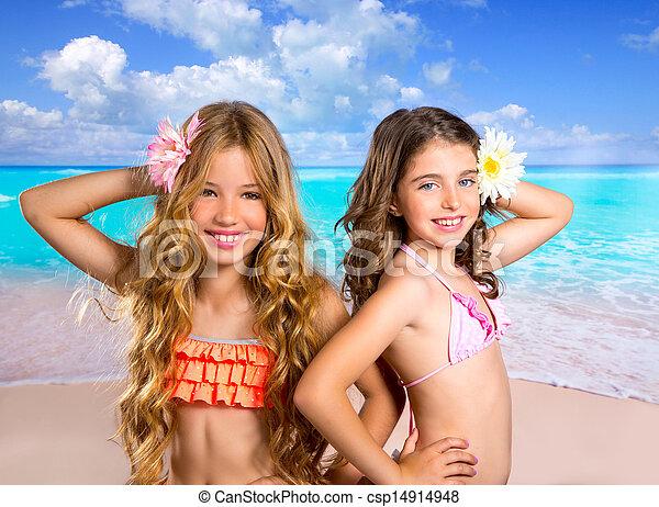 Niños dos amigas felices en vacaciones tropicales - csp14914948