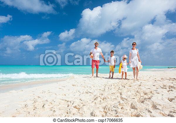 Familia en unas vacaciones en la playa tropical - csp17066635