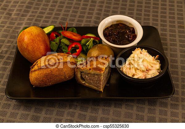 Ploughmans almuerza con pastel de cerdo. - csp55325630