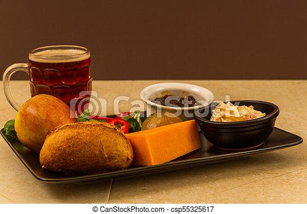 Ploughmans almuerza con queso leicester rojo y media pinta de cerveza inglesa. - csp55325617