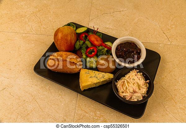 Ploughmans almuerza con queso stilton. - csp55326501
