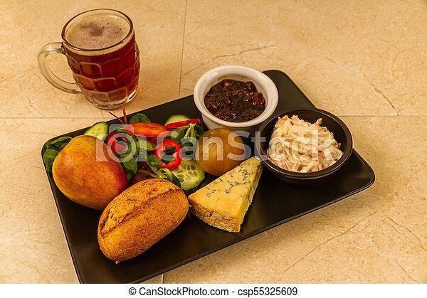 Ploughmans almuerza con queso stilton y media pinta de cerveza inglesa. - csp55325609