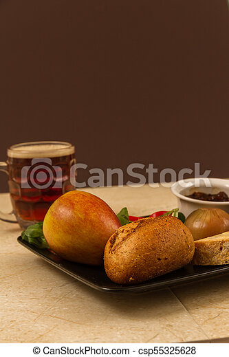 Ploughmans almuerza con queso stilton y media pinta de cerveza inglesa. - csp55325628