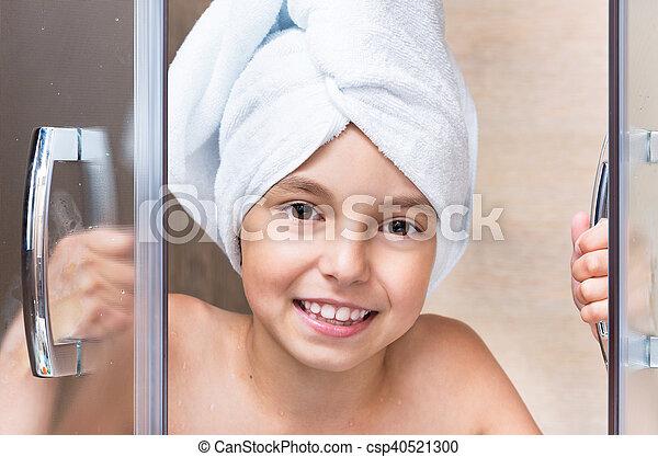 Una niña en el baño - csp40521300