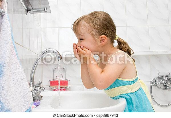 Una niña en el baño - csp3987943